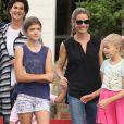 Denise Richards est allée déjeuner accompagnée de ses filles Sam, Lola et Eloise et de son père et sa compagne au restaurant Beverly Glen Deli à Bel-Air, le 14 septembre 2015