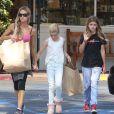 Denise Richards fait du shopping pour «Memorial Day» avec ses filles Sam et Lola à Beverly Glen, le 23 mai 2015