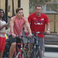 Exclusif - Arnold Schwarzenegger fait du vélo avec son fils Joseph Baena dans les rues de Venice. Plus il grandit, plus le fils illégitime de l'acteur star de la saga Terminator ressemble à son paternel! Le 25 août 2016