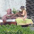 Exclusif - Justin Bieber et sa compagne Sofia Richie jouent et se relaxent sur un transat à Cabo San Luca dans leur residence de vacances le 29 août 2016.