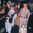 Mia Farrow et Woody Allen avec leurs enfants en 1989 à Londres.