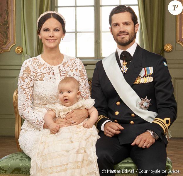 Le prince Alexander de Suède avec ses parents le prince Carl Philip et la princesse Sofia. Photo officielle du baptême du prince Alexander de Suède, fils du prince Carl Philip et de la princesse Sofia de Suède, célébré le 9 septembre 2016 au palais royal Drottningholm, à Stockholm. © Mattias Edwall / Cour royale de Suède