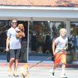 Exclusif - Gavin Rossdale et ses fils Kingston, Zuma et Apollo semblent avoir adopté un nouveau compagnon pour tenir compagnie à leur petit chien Chewy à Bel-Air, le 29 août 2016