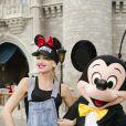 Gwen Stefani pose avec Mickey lors d'un séjour en famille à Disney World en Floride, le 25 juillet 2016.