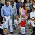 Le prince Albert II de Monaco et la princesse Charlene avec leur fils le prince Jacques lors du pique-nique des Monégasques dans le parc Princesse Antoinette le 10 septembre 2016. Le même jour, le souverain avait notamment visité le village du Monte-Carlo Padel Master organisé par Fabrice Pastor.