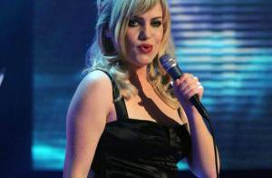 REPORTAGE PHOTOS : Duffy perd sa robe sur scène, en plein concert !