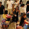 Exclusif - Angelina Jolie, son frère James Haven, et ses enfants Pax (en béquilles à cause de sa jambe cassée suite à son accident de jet-ski) et Maddox Jolie-Pitt font du shopping dans un centre commercial à Phuket. A la sortie du centre commercial, se trouve la porte d'un temple hindou devant laquelle Angelina s'est arrêtée pour prier et se recueillir avec sa famille, le 27 décembre 2015.