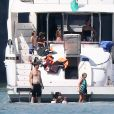 Exclusif - Brad Pitt et Angelina Jolie profitent d'une journée en bateau en famille, avec leurs enfants Shiloh, Vivienne, Knox, Maddox, Pax, et Zahara Jolie-Pitt et le frère d'Angelina, James Haven, à Phuket, le 26 décembre 2015.