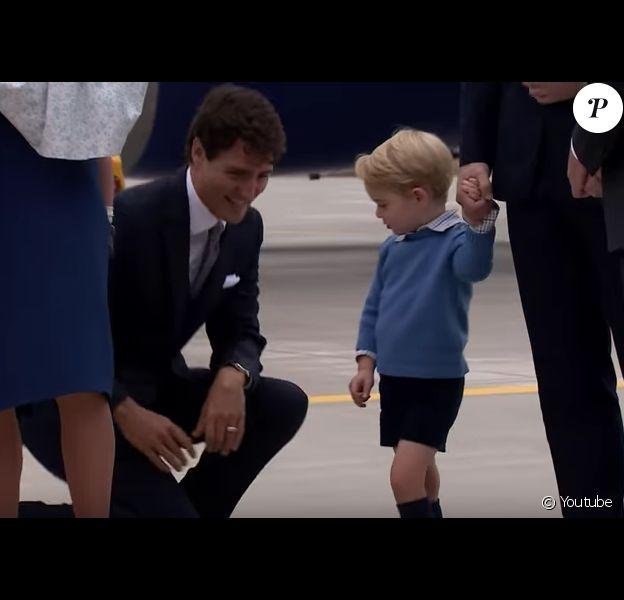 Le prince George de Cambridge dédaigne la main de Justin Trudeau, le 24 septembre 2016 lors de l'arrivée du prince William et de la duchesse Catherine à Victoria, au Canada, pour une visite officielle de huit jours.