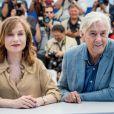 """Isabelle Huppert et Paul Verhoeven au photocall du film """"Elle"""" au 69e Festival international du film de Cannes le 21 mai 2016. © Cyril Moreau / Olivier Borde / Bestimage"""