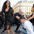 Vitalii Sediuk essaie d'embrasser les fesses de Kim Kardashian devant le restaurant l'Avenue à Paris le 28 septembre 2016.