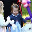 Le prince George et la princesse Charlotte de Cambridge ont participé, avec leurs parents le prince William et Kate Middleton, à une fête réunissant des enfants de familles de militaires canadiennes le 29 septembre 2016 à la Maison du Gouvernement à Victoria, en Colombie-Britannique, au sixième jour de la tournée royale au Canada.