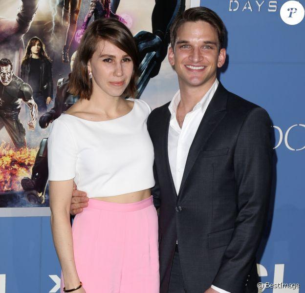 """Zosia Mamet et Evan Jonigkeit à la première du film """"Days of Future Past"""" au centre Jacob Javits à New York. Le 10 mai 2014."""