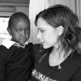 Victoria Beckham en mission humanitaire au Kenya avec son fils Brooklyn le 6 octobre 2016.