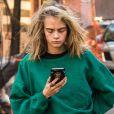 Cara Delevingne, vêtue d'un jogging vert, se balade dans la rue après avoir rendu visite à son amie Taylor Swift à New York, le 10 octobre 2016