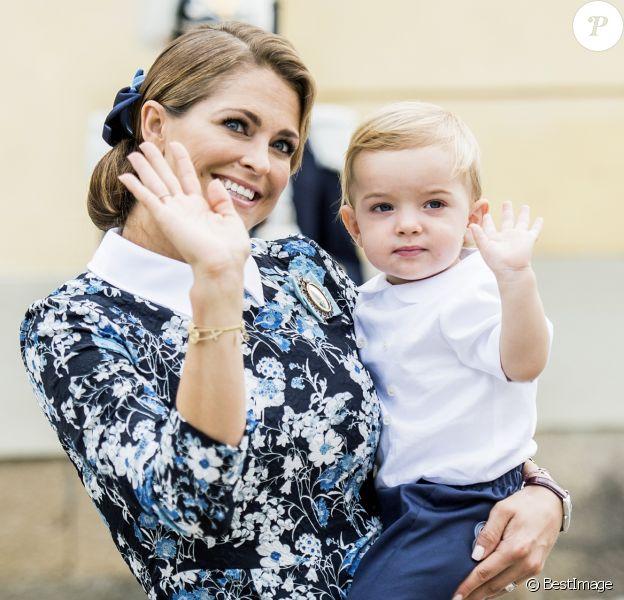 La princesse Madeleine de Suède avec son fils le prince Nicolas dans les bras lors du baptême du prince Alexander de Suède au palais Drottningholm à Stockholm le 9 septembre 2016.