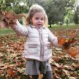 La princesse Leonore de Suède heureuse de l'arrivée de l'automne, début octobre 2016. Photo partagée sur Facebook par sa maman la princesse Madeleine de Suède.