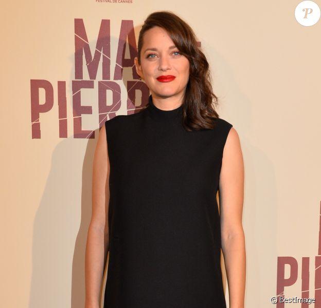 """Marion Cotillard enceinte à l'avant-première du film """"Mal de Pierres"""" au cinéma Gaumont Champs-Elysées Marignan à Paris, le 10 octobre 2016."""