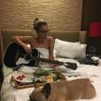 Lady Gaga en pleine composition dans sa chambre d'hôtel, à l'aise.