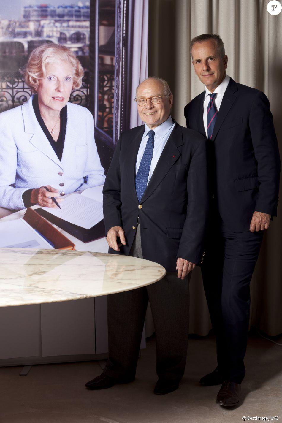 Exclusif - Alain Pompidou (fils adoptif du président Georges Pompidou et Claude Pompidou) et Bernard de La Villardière (ambassadeur) lors de la présentation des nouveaux ambassadeurs de la Fondation Claude Pompidou dans le bureau qu'a occupé Claude Pompidou pendant 40 ans au siège de la fondation à Paris, le 16 juin 2015. © LMS