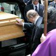Alain Pompidou recueilli lors des obsèques de sa mère adoptive Claude Pompidou en juillet 2007 sur l'île Saint-Louis à Paris.