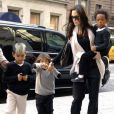 Angelina Jolie avec Maddox (à gauche), Pax (au centre) et Zahara (dans les bras de sa mère).