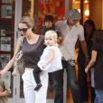 Angelina Jolie et Brad Pitt avec leurs enfants dont Shiloh Nouvel au premier plan