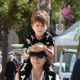 Selma Blair, accompagnée de son nouveau compagnon, emmène son fils Arthur Saint Bleick jouer au parc à Los Angeles, le 16 octobre 2016