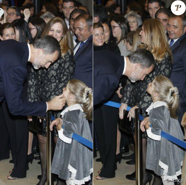 Felipe d'Espagne salue une fillette de l'âge de ses filles le 20 octobre 2016 à l'auditorium Prince Felipe à Oviedo.