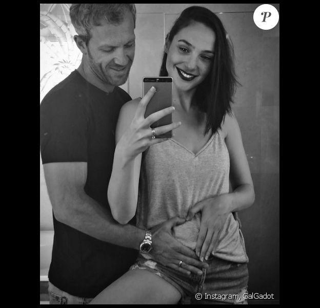 Gal Gadot enceinte de son mari Yaron Versano, annonce qu'elle attend un 2e enfant sur sa page Instagram le 6 novembre 2016