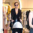 Chrissy Teigen et sa fille Luna font du shopping sur Melrose Place à Los Angeles. Le 9 novembre 2016.