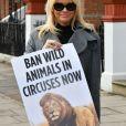 Pamela Anderson poste une lettre adressée à Theresa May, lettre dans laquelle elle milite pour l'interdiction de l'exploitation des animaux dans les cirques. Londres, le 12 octobre 2016. © CPA/Bestimage
