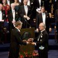 JMG Le Clézio reçoit le Nobel de littérature des mains du roi de Suède à Stockholm le 10 décembre 2008