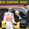 PHOTOS : Lewis Hamilton face à un dilemme : boire ou conduire...