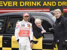 PHOTOS : Lewis Hamilton face à un dilemme : boire ou conduire...