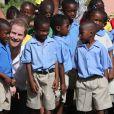 Le prince Harry a rencontré de jeunes enfants lors de sa visite dans une école à La Barbade, à l'occasion de son voyage de 15 jours dans les Caraïbes. Le 22 novembre 2016  Prince Harry meets school-children after he took a boat tour through mangroves on the island of Barbuda to see one of the largest colonies of frigate birds in the world, as he continues his tour of the Caribbean.22/11/2016 - La Barbade