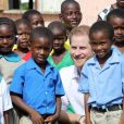 Le prince Harry visite une école primaire à Barbuda lors de son voyage dans les Caraïbes le 22 novembre 2016.  Prince Harry joins pupils at Holy Trinity primary school and nursery on the island of Barbuda as they prepare to celebrate the 93rd anniversary of the school's Founders' Day, as he continues his tour of the Caribbean.22/11/2016 -
