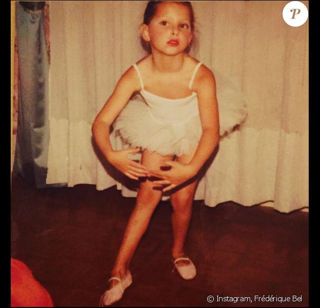 Elle avait 6 ou 7 ans et elle était danseuse à l'époque... Avant de devenir comédienne et de faire rire les Français... Frédérique Bel !