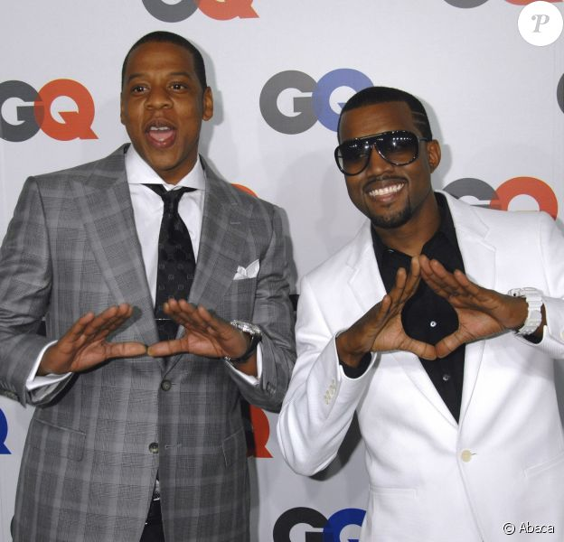 Jay Z et Kanye West brandissent le diamant de Roc Nation (ou le triangle illuminati ?) à une soirée GQ. New York, septembre 2007.