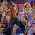 Les costumes de scène ultrasexy et chorégraphes lascives, une tendance lancée par les Illuminati ? Jennifer Lopez aux American Music Awards 2015. Los Angeles, novembre 2015.
