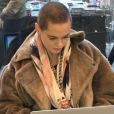 Rose McGowan dans un Apple Store à New York le 22 Novembre 2016  Actress Rose McGowan at the Apple Store in downtown Manhattan, New York on November 22, 2016. She worked on her computer while she was out.22/11/2016 - New York