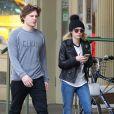 Emma Roberts et son petit ami Evan Peters se promènent dans les rues de New York, le 13 avril 2015