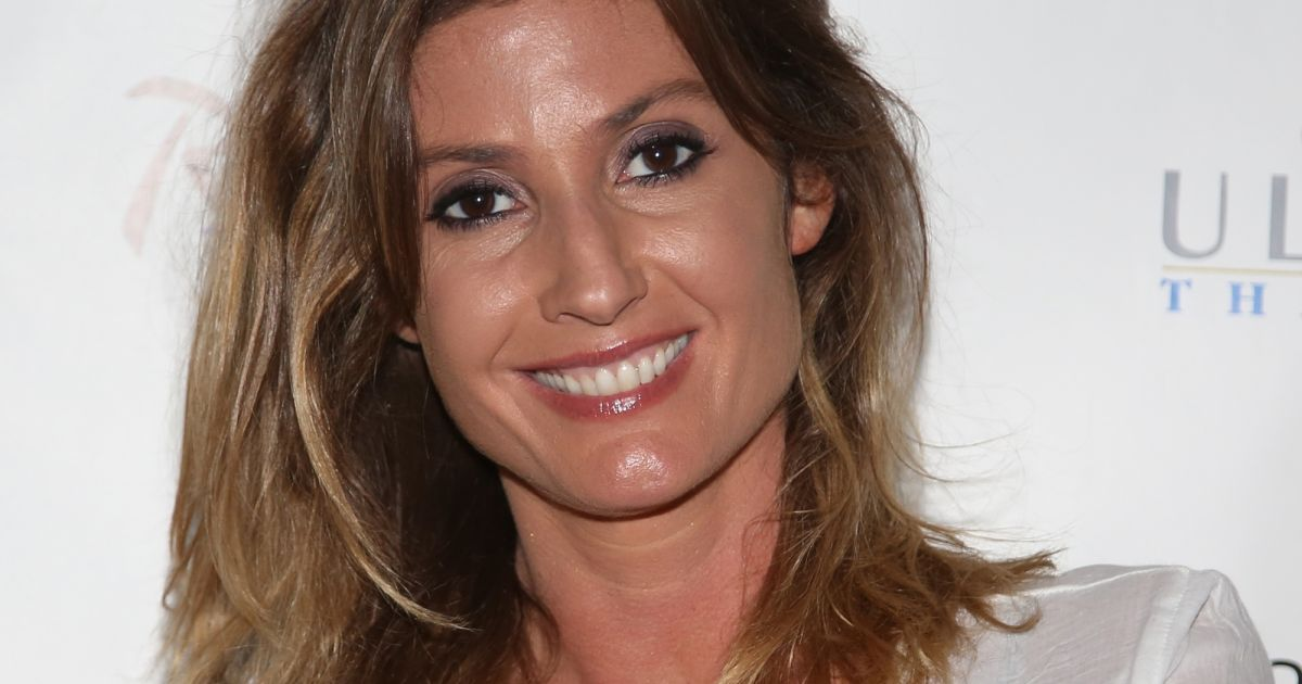 caroline ithurbide tpmp d couvrez le visage de sa soeur jumelle marine purepeople. Black Bedroom Furniture Sets. Home Design Ideas
