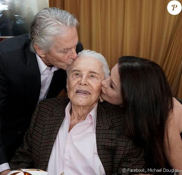Michael Douglas fête les 100 ans de son père Kirk avec sa femme Catherine Zeta-Jones.
