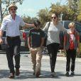 Brad Pitt et Angelina Jolie font du shopping avec leurs enfants Shiloh et Pax à Glendale. Le 10 juillet 2015