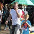 """Exclusif - Chris Martin et ses enfants Apple et Moses se promènent à """"Santa Monica Pier"""" à Santa Monica, le 27 juin 2014"""