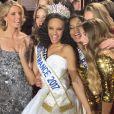 Alicia Aylies entourée de Sylvie Tellier et des 29 autres Miss régionales lors de son sacre au concours Miss France 2017 le 17 décembre 2016 à Montpellier