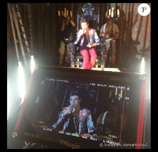 Damian Hurley sur le tournage de la série The Royals. Il a fait ses débuts à la télévision le 18 décembre 2016. Photo publiée sur sa page Instagram en décembre 2016