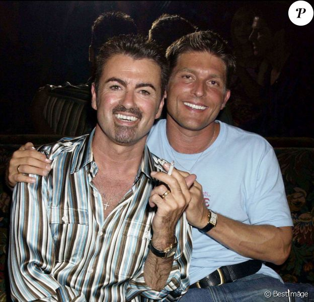 George Michael et Kenny Goss à Paris, le 10 juillet 2002.