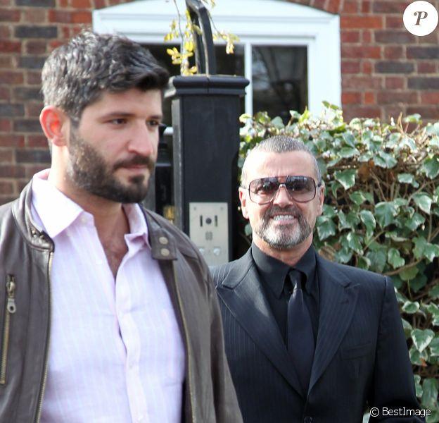 George Michael quitte son domicile avec son petit ami Fadi Fawaz à Londres le 14 mars 2012.